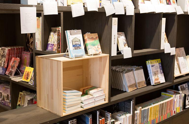 写真:八戸ブックセンター店内にある木箱