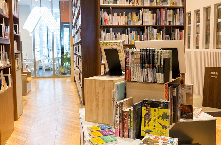 写真:八戸ブックセンター店内と木箱