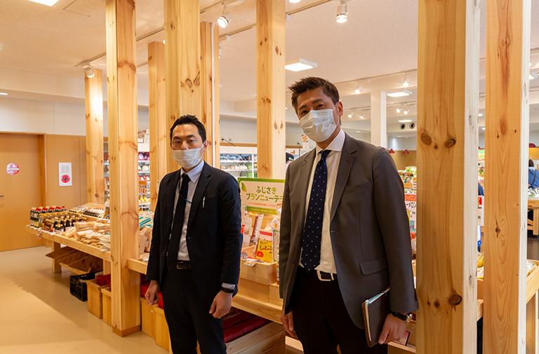 写真:ふじさき食彩テラス 松丸店長 (左) と木のはこ屋 代表 姥沢 (右)